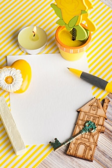Mock-up, nota di carta vuota su sfondo giallo a strisce