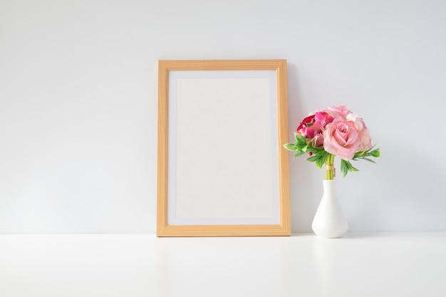Mock up portafoto con fiori sul tavolo
