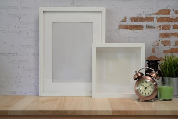 Mock up poster frame sul tavolo di legno