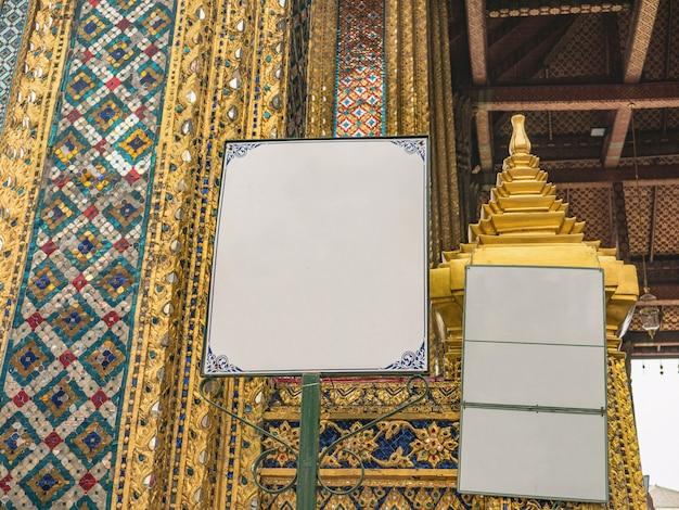 Mock up segnale di avvertimento nel tempio del tempio di wat phra kaew