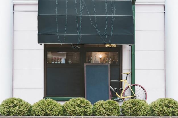 Mock up tabelle sullo sfondo della bici e caffè di strada