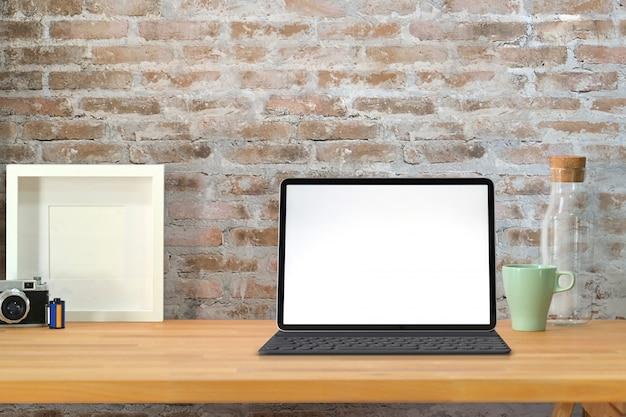 Mock up tablet e smart keyboard sull'area di lavoro loft