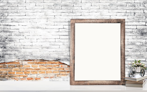 Mock up telaio in legno con pagina vuota, libri e pianta d'appartamento