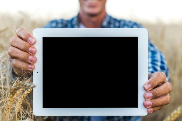 Mock-up uomo in possesso di un tablet