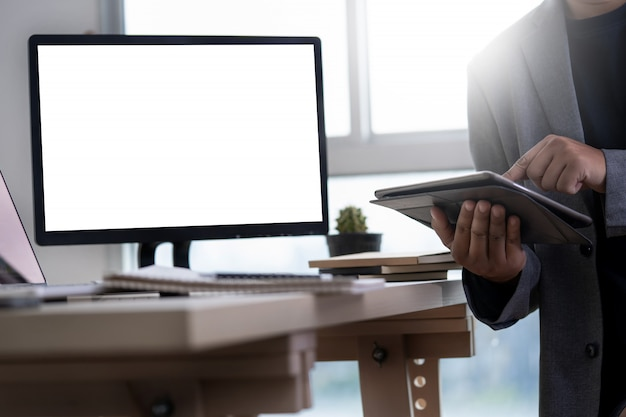 Mock up usando il portatile con il computer schermo vuoto moderno