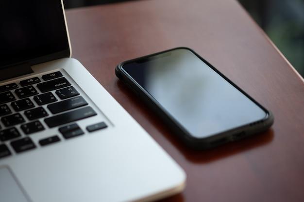 Mock up utilizzando il portatile con il computer schermo vuoto moderno