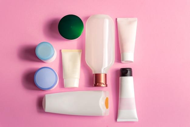 Mock-up, vista superiore del marchio spa dei cosmetici di bellezza su fondo rosa