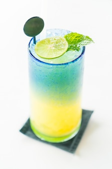 Mocktail colorato di limone
