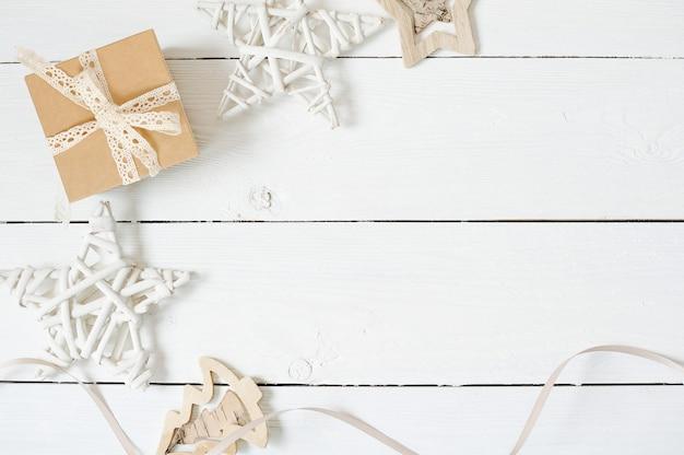 Mockup composizione natalizia. regalo di natale, stella su priorità bassa bianca