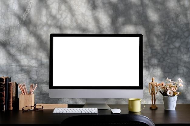 Mockup computer e articoli per ufficio sulla scrivania creativa.