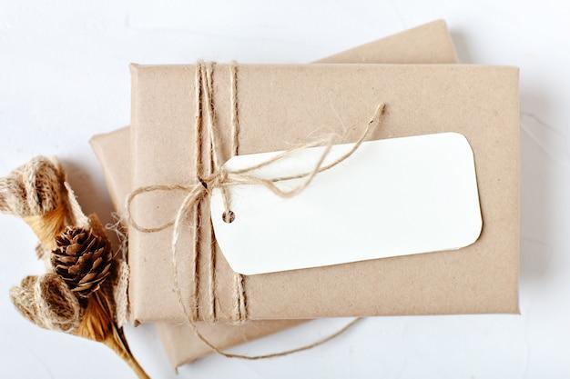 Mockup con cartolina e rami di un albero di natale
