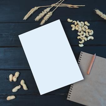Mockup di alimenti biologici. notebook per scrivere ricette sul tavolo. copia spazio