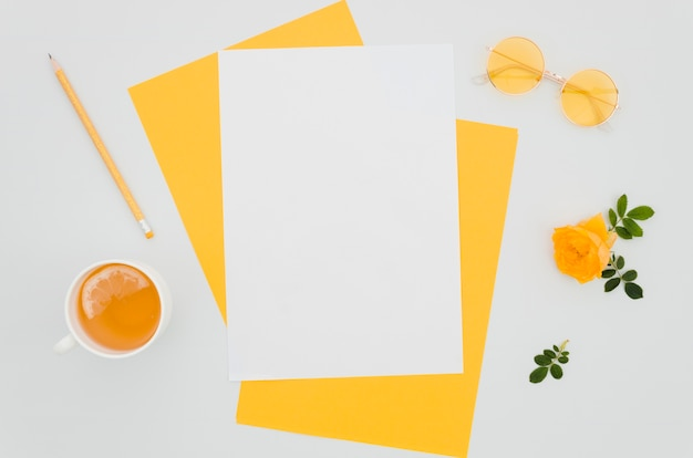 Mockup di carta piatto laico con elementi floreali