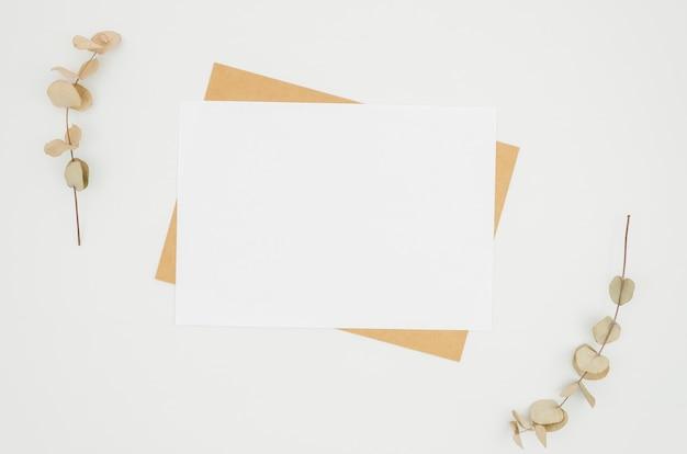 Mockup di carta piatto laico sull'area di lavoro