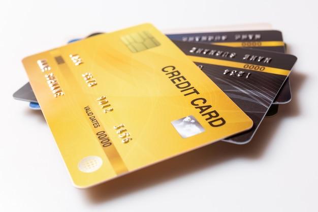 Mockup di carte di credito su bianco.