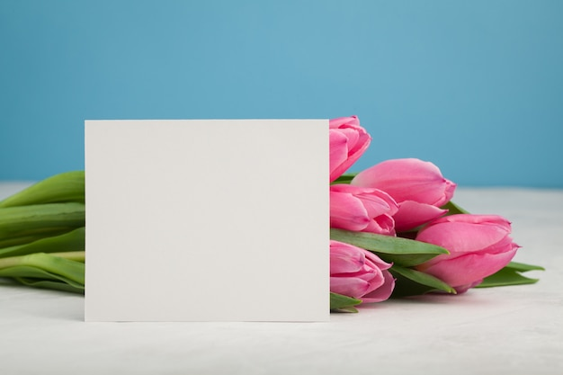 Mockup di compleanno o matrimonio con tulipano.