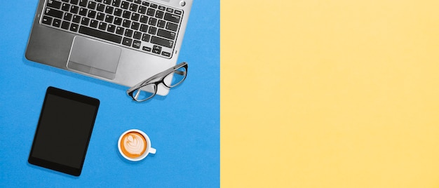 Mockup di concetto di desktop piano minimo di ufficio pulito dell'ufficio con lo spazio della copia