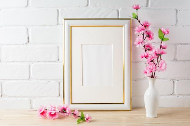 Mockup di cornice bianca con mazzo di fiori rosa