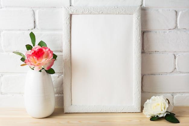 Mockup di cornice bianca con rose bianche e rosa