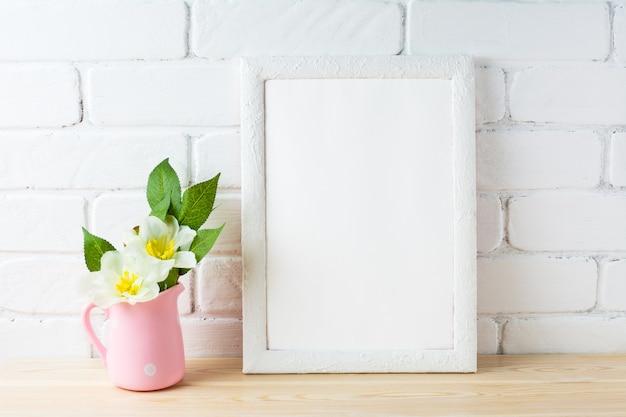 Mockup di cornice bianca con vaso di fiori rosa rustico