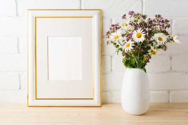 Mockup di cornice con bouquet di fiori selvatici