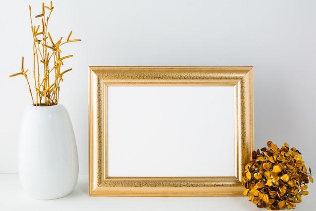 Mockup di cornice dorata di paesaggio con decorazioni dorate