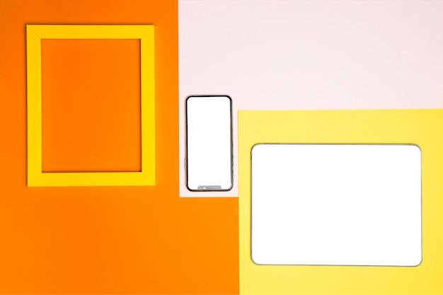 Mockup di dispositivi piatto laici su sfondo colorato