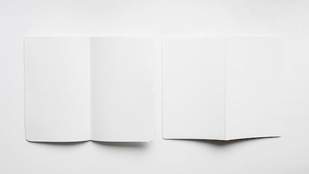 Mockup di due brochure vuote