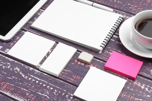 Mockup di identità aziendale e web design mobile