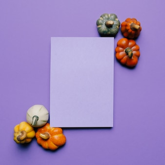Mockup di invito di halloween per una festa con le zucche