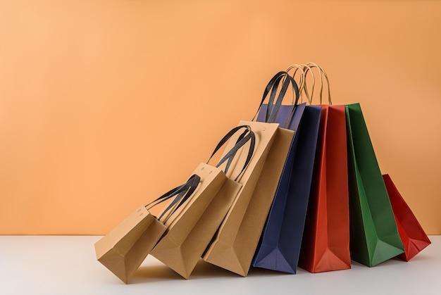 Mockup di pacchetto artigianale vuoto o shopping bag di carta colorata con manici