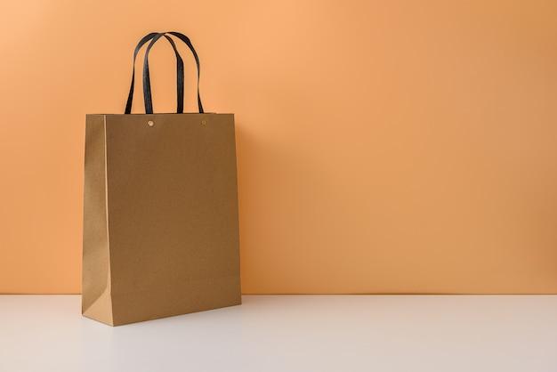 Mockup di pacchetto artigianale vuoto o shopping bag di carta marrone con manici