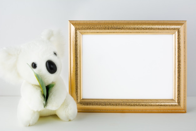 Mockup di scuola materna con orso bianco