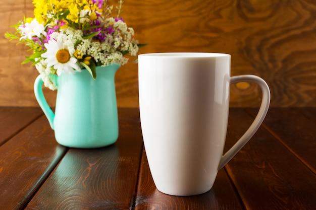 Mockup di tazza di caffè con vaso di fiori verde menta