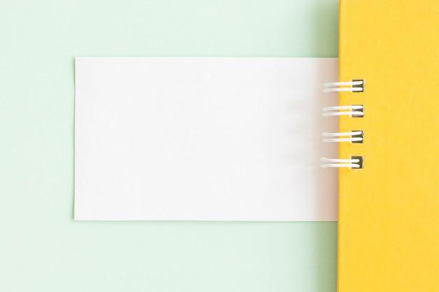 Mockup di una carta di carta bianca su sfondo pastello, design creativo per carta da parati pastello.