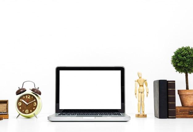 Mockup portatile su elegante scrivania organizzata.