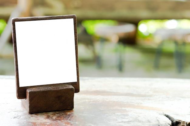 Mockup stand in legno per menu o informazioni e pubblicizzare sul tavolo in legno strutturato.