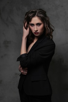 Moda bella donna in posa, concetto di moda