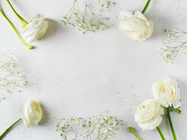Moda bianca, fiori piatto lay sfondo