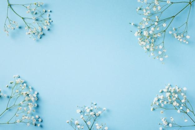 Moda blu, fiori piatto lay sfondo