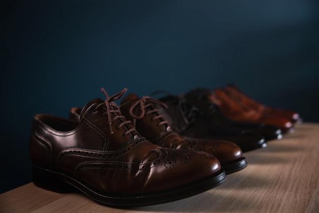 Moda calzature uomo. varietà di scarpe da uomo sullo scaffale in casa. scarpe di cuoio convenzionali,