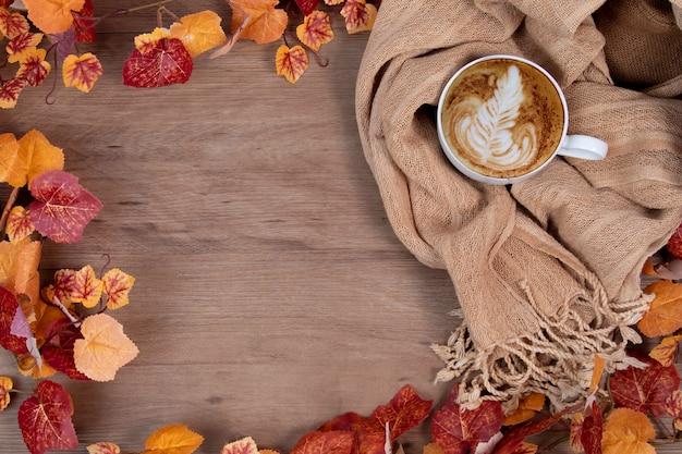 Moda del concetto di stile autunnale con sciarpa e tazza di caffè