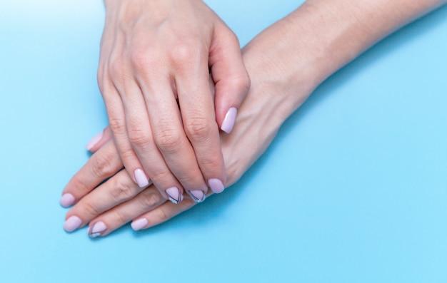Moda donna arte mano, mano con trucco luminoso contrasto e belle unghie