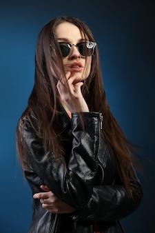 Moda donna con i capelli lunghi che indossa giacca di pelle