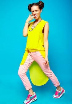 Moda donna in abiti estivi casual hipster