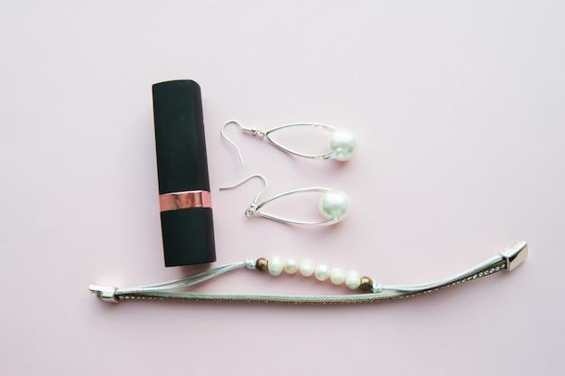Moda e gioielli di perle alla moda sul rosa. set di accessori da donna di lusso