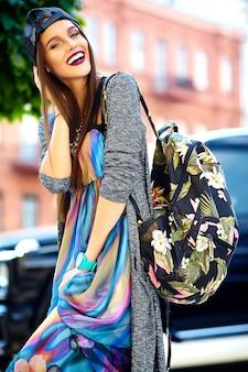 Moda elegante bella giovane donna bruna modello in abiti casual colorati hipster estate in posa sulla strada