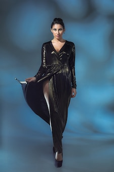 Moda giovane donna in abito elegante nero. modella glamour in posa di moda