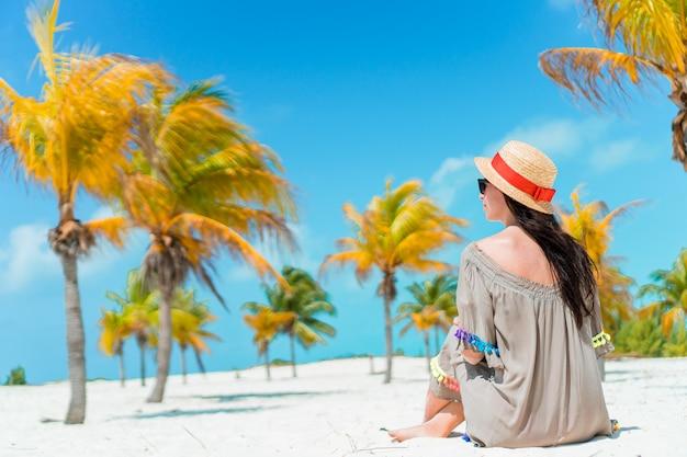 Moda giovane donna in costume da bagno sulla spiaggia