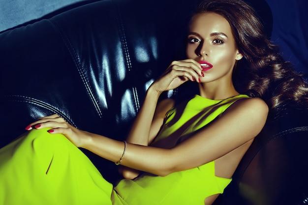 Moda glamour elegante giovane e bella donna modello con labbra rosse in abito giallo brillante estate